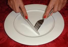Cara memegang alat makan yang benar
